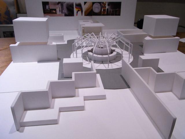 特別に、会場構成の模型を見せていただきました。商談スペースとなるカフェなども、間宮氏のデザインで用意されるという。