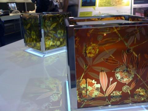 ソニーの「Hana-Akari」は、自己発電型行燈(あんどん)の試作機。研究中の色素増感太陽電池をランプシェードに使っています。これぞクール・ジャパン!