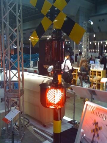 まるで光のボールのような灯りが中にあり、360度どの方向からでも視認できるのは、東邦電機工業の「全方向踏切警報灯」。