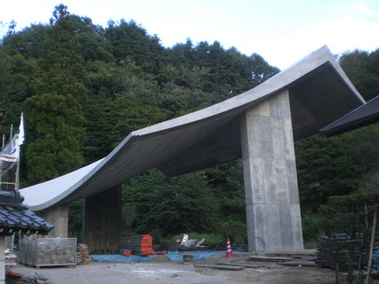 宮本佳明さんが設計する、100年保つ巨大なコンクリート製の屋根が出現