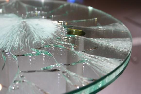 冒頭の作品は杉本博司「遠目の透明」、上の作品は海藤春樹「navel」(いずれも一部)。ガラスと光の妙もじっくりと味わいたい本展。実際に肉眼で確かめたい作品の数々が並びます。