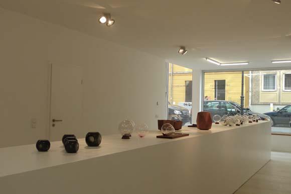 ベルリンで話題のギャラリー「ヘルムリンダークネヒト」で展示「フレデリック・ディデレイの骨壺」