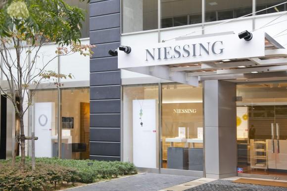 バウハウスのデザイン理念を受け継ぐドイツの宝飾ブランド「NIESSING(ニーシング)」。関西初の旗艦店が…