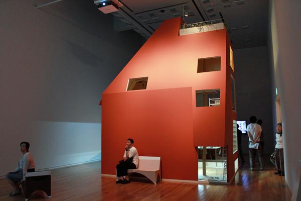 東京オペラシティアートギャラリー「家の外の都市(まち)の中の家」展、レポート