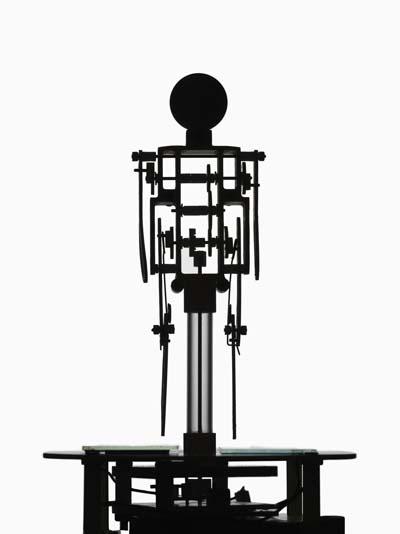 佐藤卓展「光で歩く人」が東京・銀座の巷房で開催中