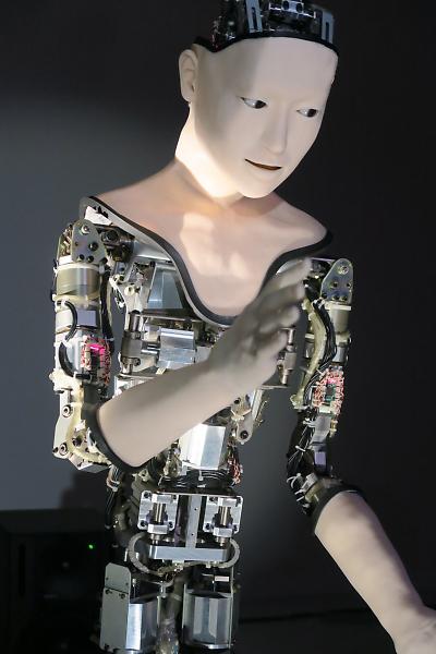 生きているように見えるのはなぜか。阪大☓東大のタッグで生まれた機械人間「オルタ」