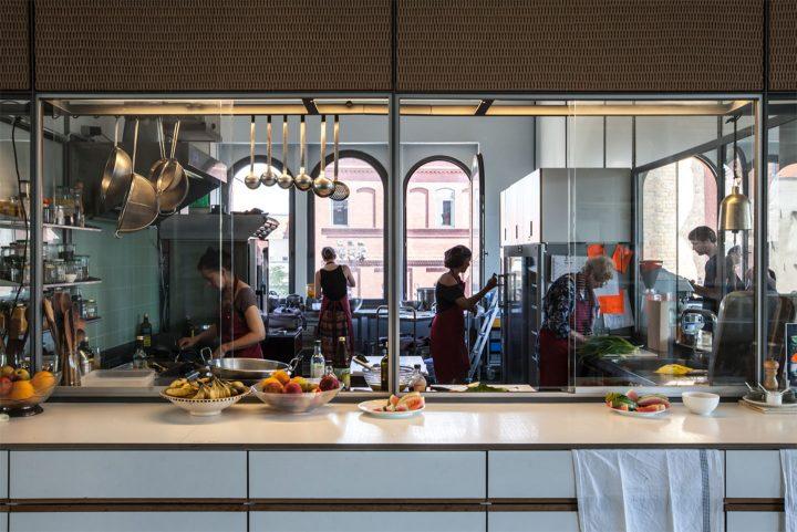 オラファー・エリアソンのベルリンスタジオ訪問。100名のスタッフがともに食事をしキッチンに立つ理由