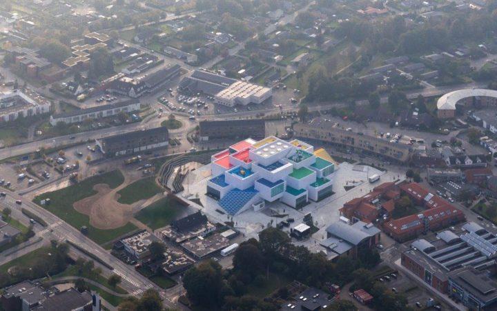 9月末デンマーク・ビルン市に完成した「レゴハウス」。 建築集団BIGによるミニチュアが実体化したかのよう…