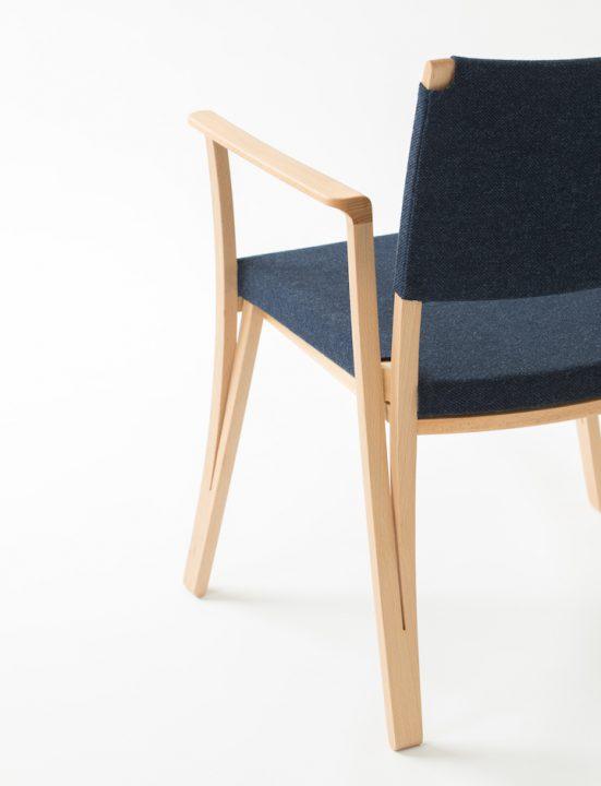 15年という長い歳月を経て生まれた椅子。デザイナー、山田佳一朗