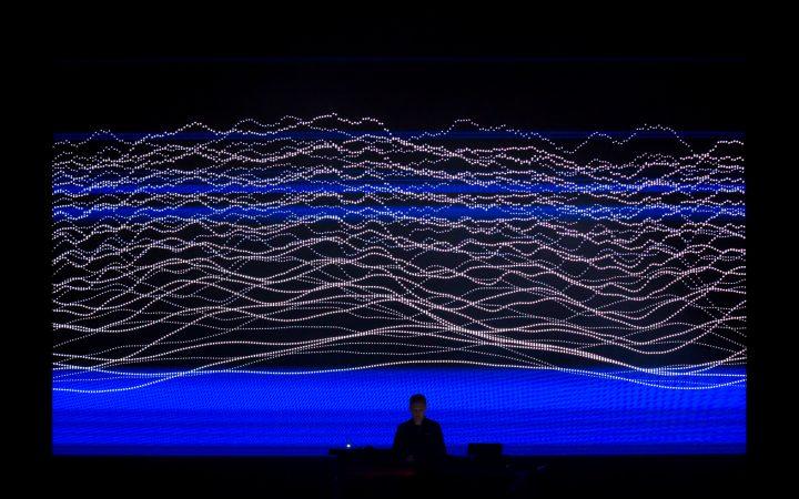 Alva Noto(アルヴァ・ノト)の新作パフォーマンス 「UNIEQAV」がLIQUIDROOMで開催