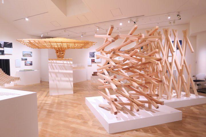 建築家・隈研吾展「くまのもの」に見る、好奇心あふれる素材の探究