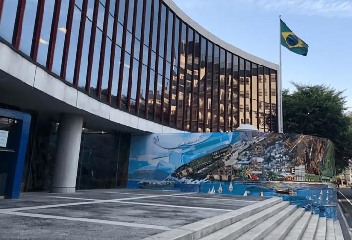 ブラジル人芸術家ヴィック・ムニーズの作品 駐日ブラジル大使館のファサードを飾る