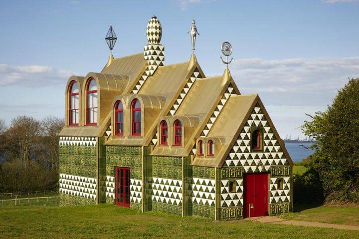 陶芸家 グレイソン・ペリーが手がけるお菓子の家のような宿泊施設 2018年10月から12月にかけての宿泊予約…