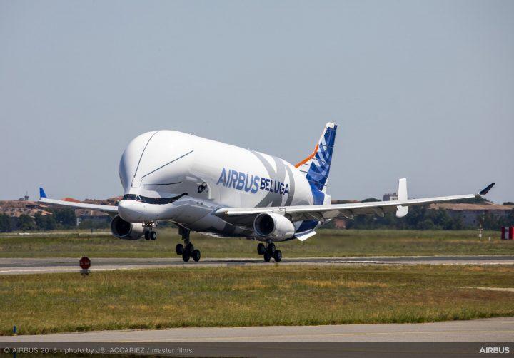 """エアバスが開発中の大型貨物輸送機「ベルーガXL」の初飛行が成功 デザインは愛らしい笑顔の""""シロイルカ"""""""