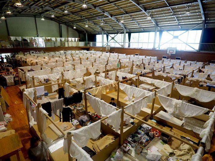 建築家 坂茂のボランタリー・アーキテクツ・ネットワーク 平成30年7月豪雨災害への支援として紙の間仕切り…