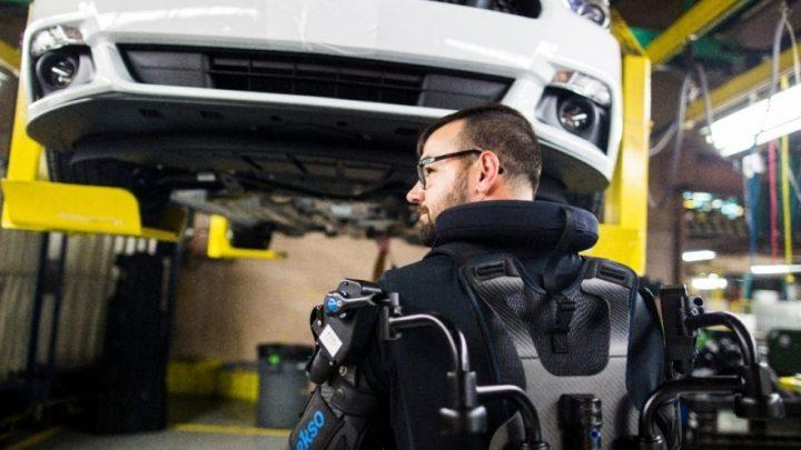 フォードが活用するパワードスーツ・EksoVest 労働者の事故を激減させるウェアラブル技術