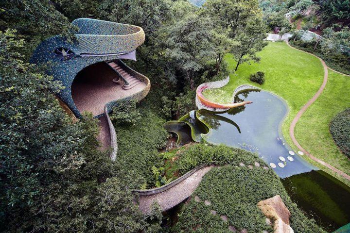Airbnbにメキシコの建築家ハビエル・セノシアイン設計の集合住宅 「ケツァルコアトルの巣」の宿泊プランが…