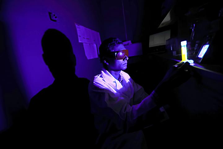 デジタルデバイスが発するブルーライトが失明の原因に? トレド大学光化学研究所が研究結果を発表