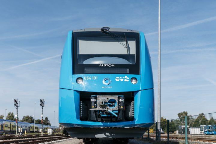 世界初の水素燃料電池列車「Coradia iLint」が初披露 ドイツ北部ニーダーザクセン州で運行を開始