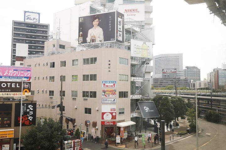 新大阪駅徒歩1分、屋外看板をデザインに取り入れた平田晃久氏によるカプセルホテル9h nine hours