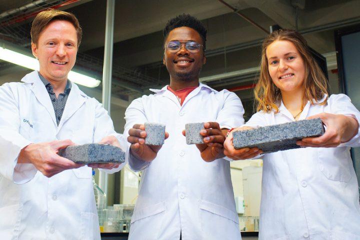 ケープタウン大学の学生が人間の尿から作った 世界初のバイオレンガを発表