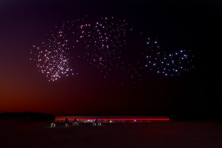 アーティストユニット・Studio Driftによる600機のドローンを用いた 空飛ぶ彫刻作品「FRANCHISE FREEDOM」…