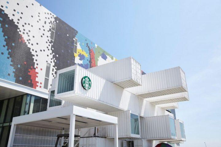 隈研吾が設計を手がけたスターバックスが台湾花蓮市にオープン 輸送コンテナを用いた斬新なデザイン