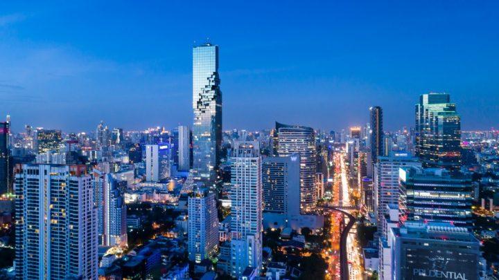Büro Ole Scheerenによるバンコクの「MahaNakhon Tower」がオープン 注目は地上314mの歩行可能なガラス製…