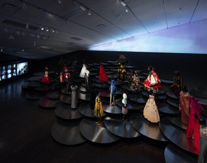 デンバー美術館で展覧会「ディオール:パリから世界へ」が開催中 展示デザインはOMAの重松象平が担当