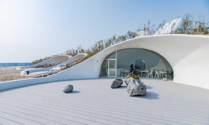 中国で最先端の現代アート研究機関 UCCA 海辺の砂丘に洞窟のような「UCCA Dune Art Museum」をオープン