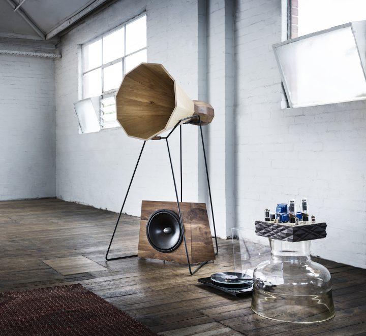 職人的なアプローチのデザイナー、アレックス・アールの工房を訪ねて。彫刻的な存在感を放つ、木製スピー…