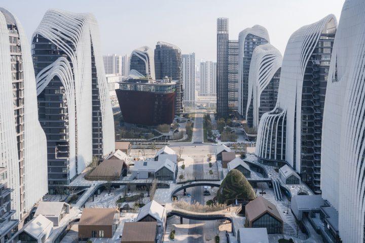 建築事務所 MAD Architectsが南京で手がける 「Nanjing Zendai Himalayas Center」 都市で山脈や川などを…