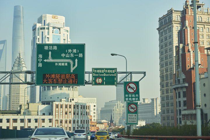 上海の運転事情。みんなが回遊魚のような動きを見せる交差点