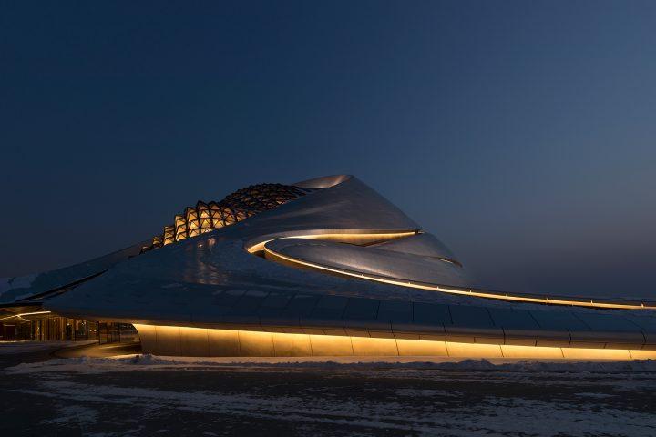 スペイン出身の写真家 Andrés Gallardo Albajarが撮った MAD Architectsの「HARBIN GRAND THEATRE」
