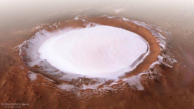 火星探査機「マーズ・エクスプレス」が発見 氷に覆われたクレーター画像が公開