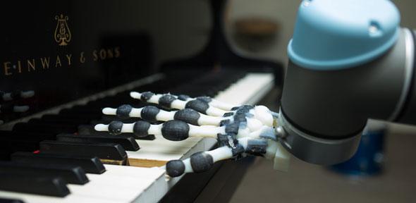 ケンブリッジ大学の研究者らが新たなロボットハンドを開発 広い可動範囲でさまざまなピアノ演奏を実現