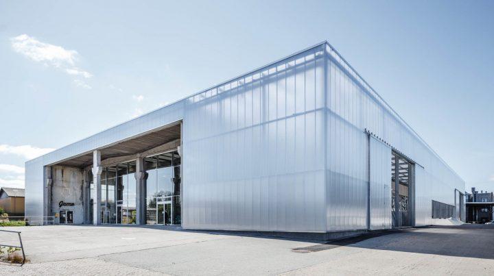 コペンハーゲンの建築事務所 EFFEKTが手がけた 廃工場を改装した建築「Game Streetmekka Viborg」