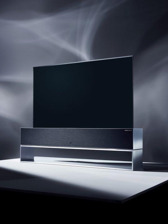 LG電子が世界初の巻き取り収納できるOLEDテレビ 「LG SIGNATURE OLED TV R」を公開