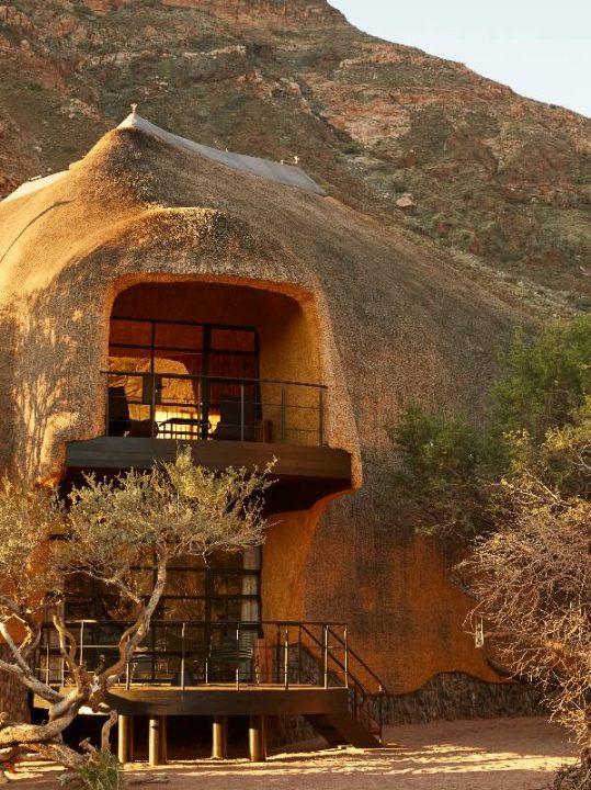 ナミブ砂漠の新建築「THE NEST@SOSSUS」 南アフリカのデザイナー Porky Heferが手がける