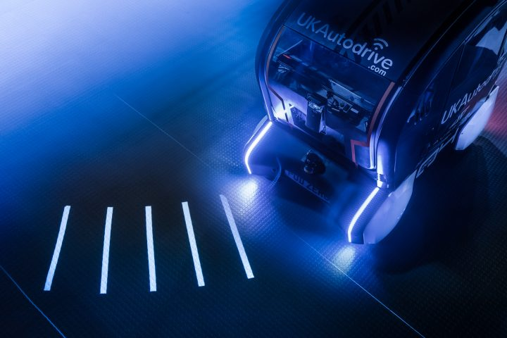 ジャガーランドローバーが開発する 自動走行車が走行情報を投影するシステム