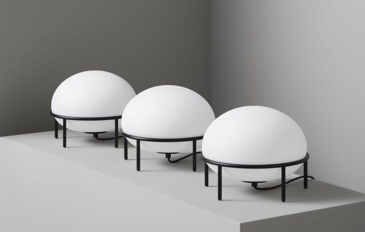 KUTARQ studioのテーブルランプ「PUMP for WOUD」 熱気球が地上から浮かび上がるイメージ