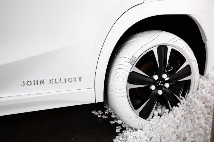 LEXUSがジョン・エリオットとコラボ 特別仕様のタイヤ「Sole of the UX」を披露