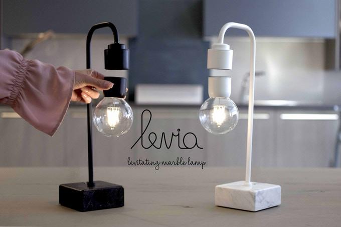 落ちそうで落ちない!? 電球が浮上する大理石ランプ「Levia」