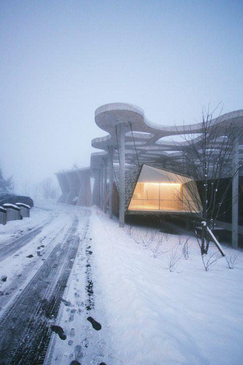 隈研吾建築都市設計事務所がスイス・ローザンヌで手がけた ミノムシのような外壁の建築「Suspended Forest」