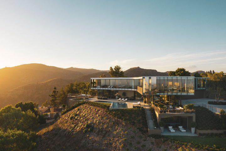 プロペラの形にインスピレーションを受けた住宅 ロサンゼルス近郊の丘の上に建つ「Orum Residence」