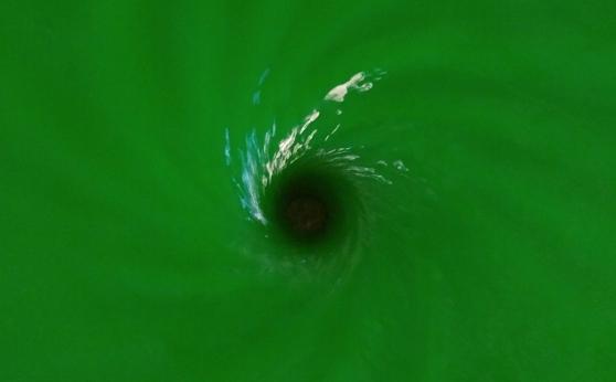 ブラックホールを水で再現!? ブラジルの物理学者が研究を発表