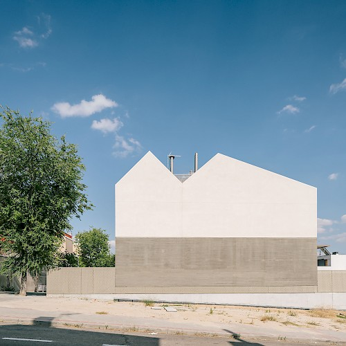 マドリード北西部の住宅「Sierra House」 幅6.5mという狭い敷地の特性を活かした住宅