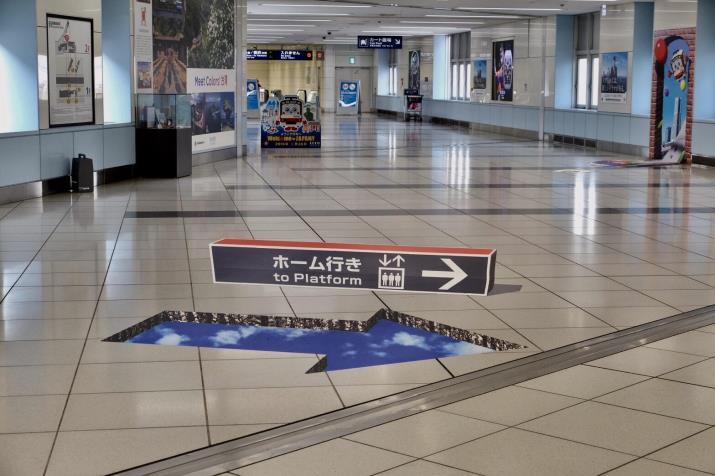 杉原厚吉氏が監修したエレベーター利用を促す「錯視サイン」 京急・羽田空港国際線ターミナル駅に登場