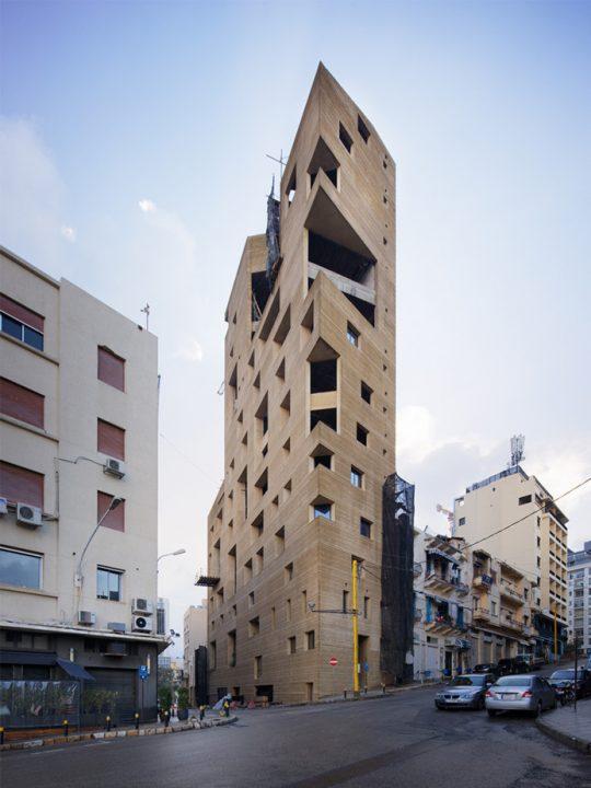 レバノン生まれのリナ・ゴットメによる建築 ファサードに多様な開口部をもつ「Stone Garden」