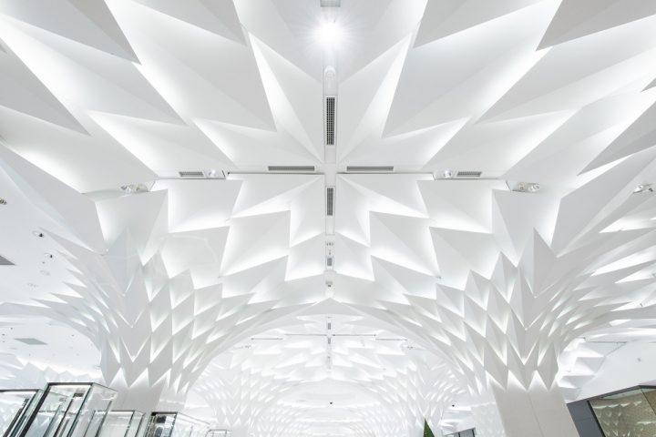 隈研吾が手がけた日本橋三越本店リニューアル 「白く輝く森」をテーマに都市の森を創造